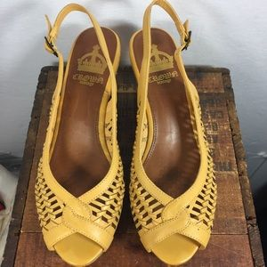 Crown vintage mustard yellow leather sandals 10